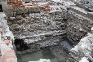 Старовинні пивниці, амфору ХІІІ століття і сопілку із кісток розкопали у Львові