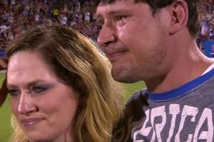 Ветеран війни підійшов до центру стадіону з дружиною, а через мить несподіване повідомлення довело його до сліз