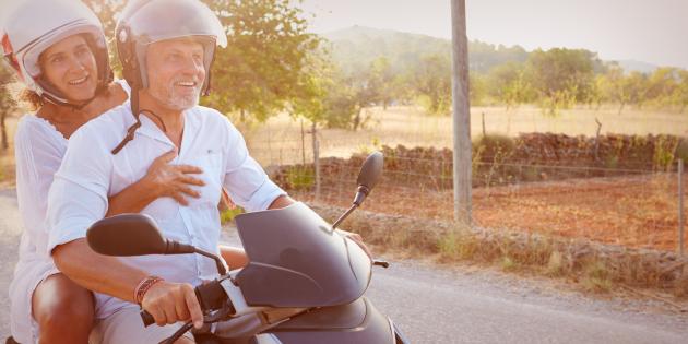літня сімейна пара на мотоциклі