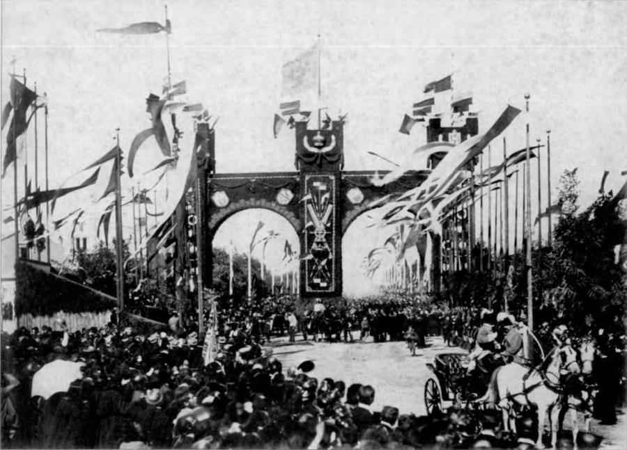 Арка та святкові прапори на привокзальній алеї з нагоди приїзду до Львова імператора Франца Йосифа. Фото 1880 р.