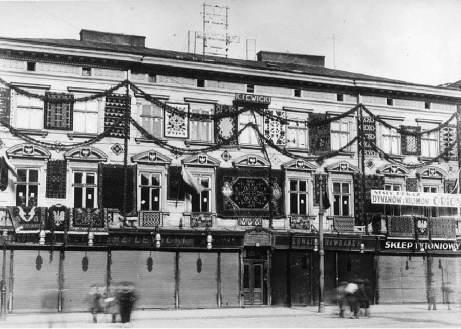 Кам'яниці №10 на площі Міцкевича, прикрашена гірляндами та килимами, можливо, з нагоди відкриття Східних Торгів. Сьогодні на місці кам'яниці будівля банку. Фото 1921-1930 рр.