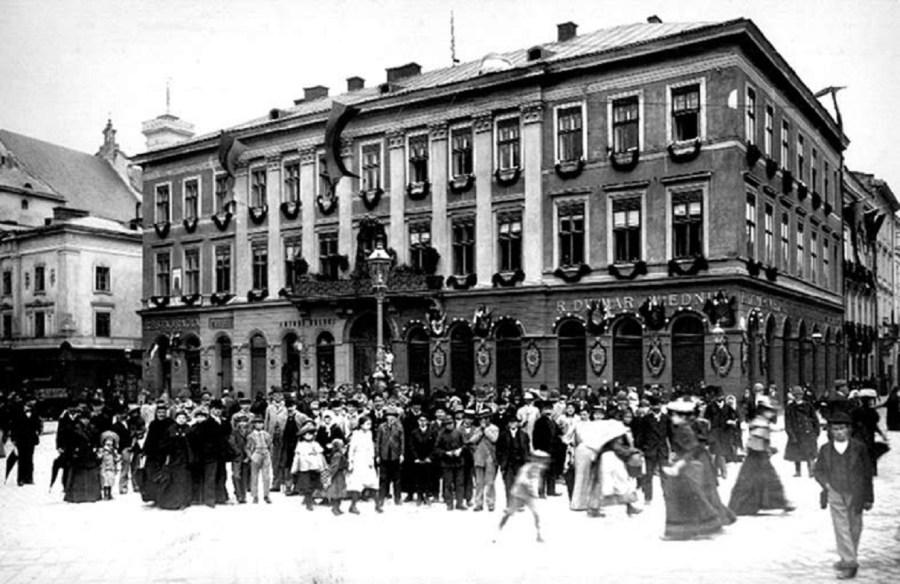 Кам'яниця №9 на площі Міцкевича, оздоблена святковими гірляндами та прапорами, очевидно, з нагоди Крайової виставки. Фото 1894 року