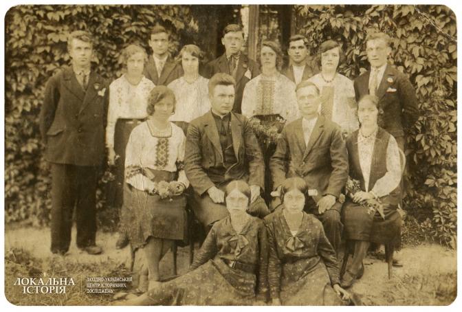 Молодь м. Глиняни з місцевим священиком, м. Глиняни Перемишлянського п-ту
