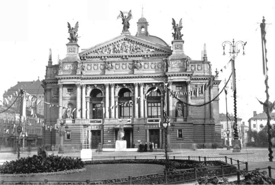 Святкові гірлянди на алеї біля Оперного театру. Фото 1920-х рр.