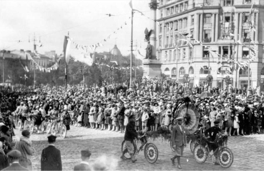 Святковий парад на площі Міцкевича в якому беруть участь велосипедисти. Фото 1921-1930 рр.