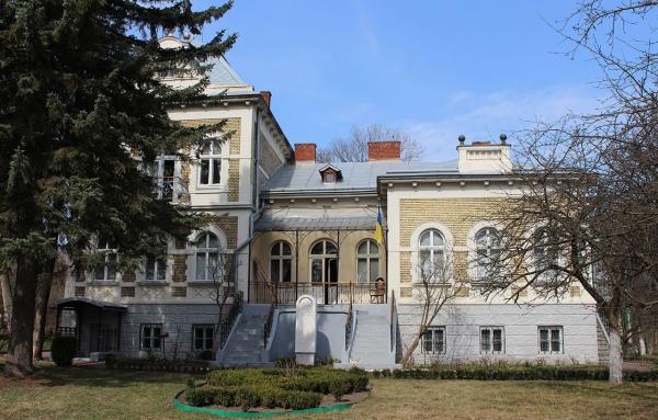 Будинок, у якому з 1908-го по 1914 рік жив Михайло Грушевський знаходиться поряд з будинком Івана Франка.