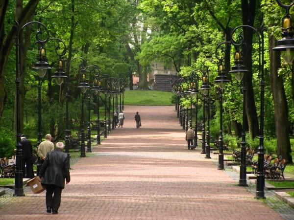 На вихідні лавки на площі перед університетом вільні від студентів.