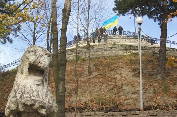 На Високому замку можна сфотографуватися з кам'яними левами, які є пам'ятками національного значення.
