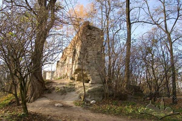 Також тут можна полазити на залишках мурів замку ХІІІ століття.