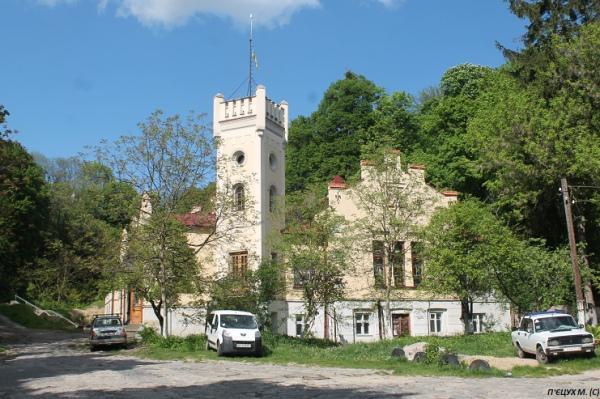 За кілометр-півтора від площі Ринок в бік Замкової гори знаходиться Музей визвольної боротьби України