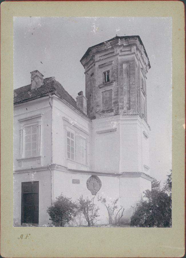 """Герб """"Топор"""" на стіні поруч годинникової вежі замку в Мурованому. Фото 1905 року"""