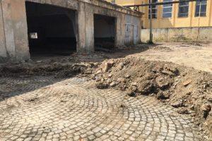 В Ужгороді під шаром сміття знайшли ідеально викладену історичну бруківку