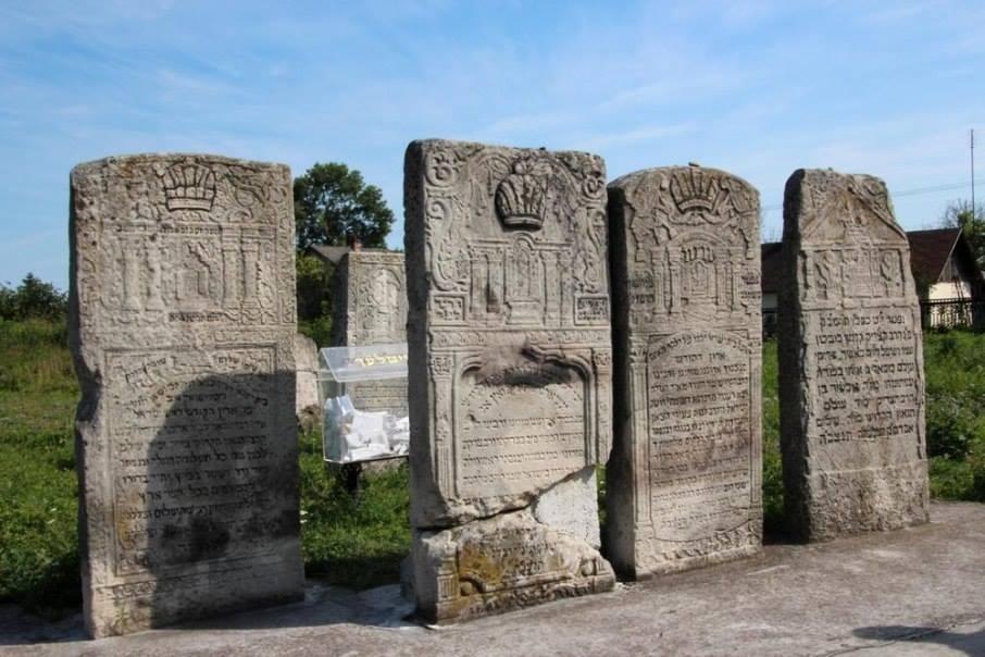 На єврейському кіркуті (цвинтарі) у Белзі поховані цадики – хасидські святі.