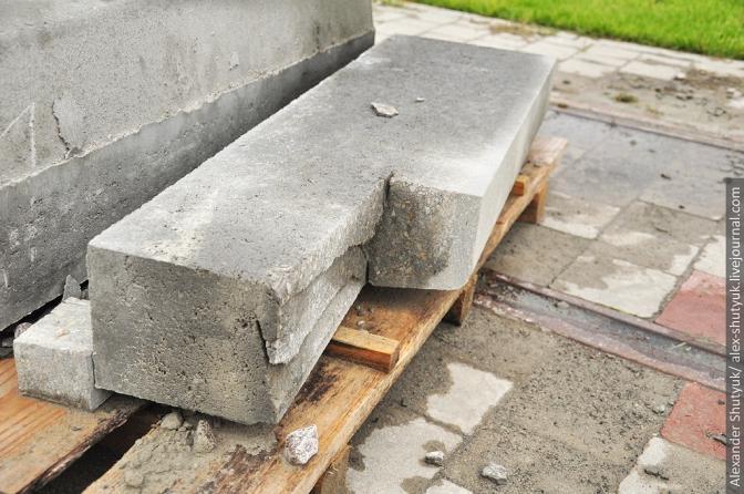Бордюр у розрізі: добре видно, що верхній шар таки зроблено з щільнішого бетону