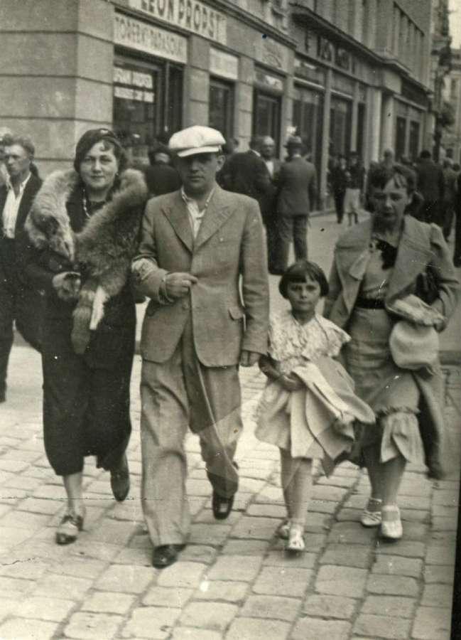 Родина на прогулянці, нин. проспектом Свободи. Фото до 1939 року