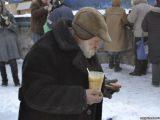 Львів'ян просять принести для безхатченків теплий одяг і взуття
