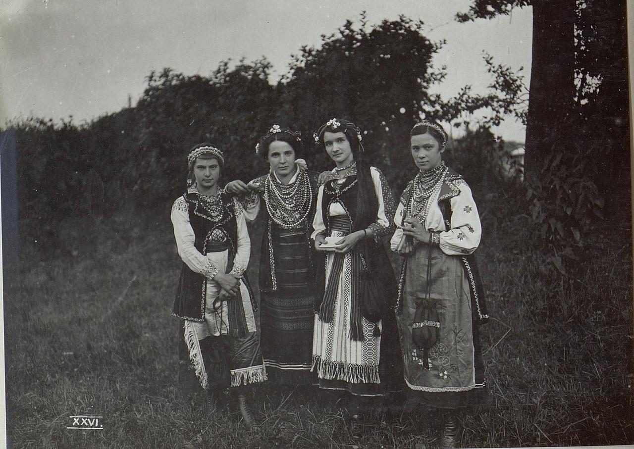 Дівчата в українських святкових вбраннях