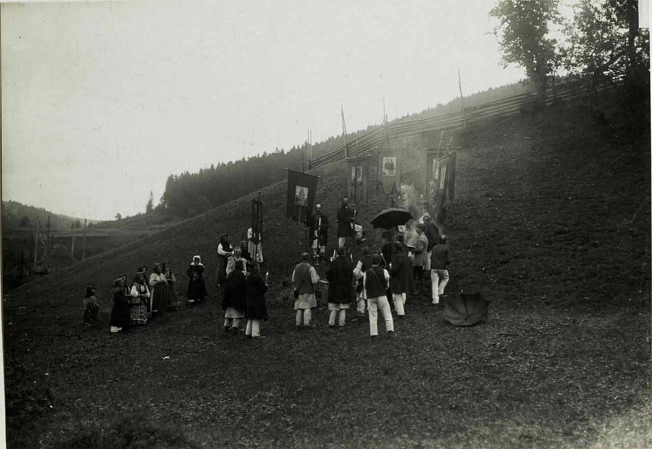 Після русинської церемонії освячення в Головецько. Галичина, початок 20 століття.