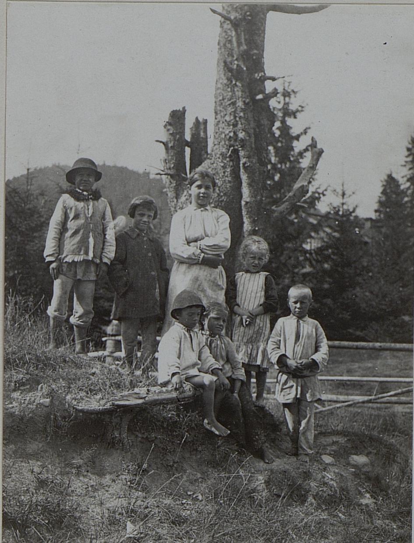 Селянські діти в Перегінському. Галичина. Лютий 1916