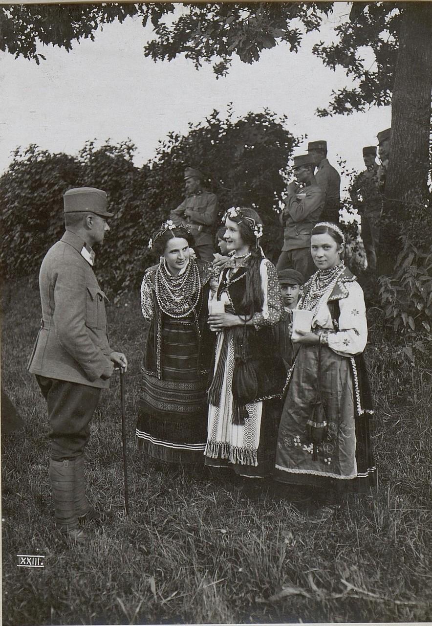 Український святковий костюм в Калуші, Галичина, початок 20 століття.