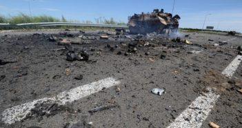 Знищений БТР українських військових поблизу Луганського аеропорту.