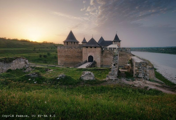 Хотинська фортеця при заході сонця (Чернівецька область). Автор фото — Сергій Рижков