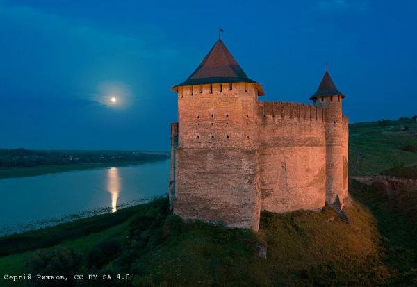 Хотинська фортеця в сутінках при повному місяці (Чернівецька область).Автор фото — Сергій Рижков