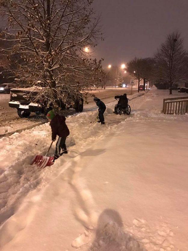 Інвалід на візку прибирає сніг, а сусідські діти допомагають йому