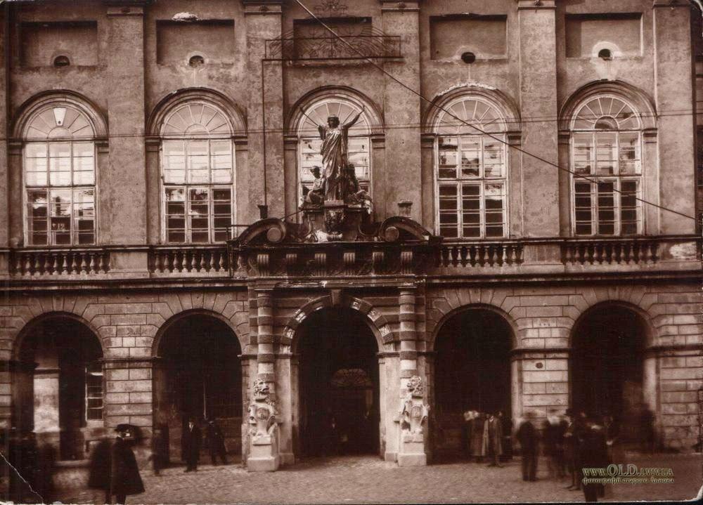 """Головний вхід до львівської ратуші із скульптурною групою """"Гостинність, Мужність та Патріотизм"""". Фото поч. XX ст."""