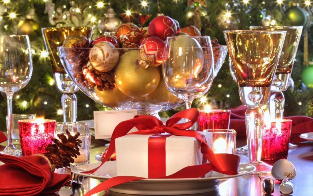 Сервірування новорічного столу святковий стіл красивий зі стравами