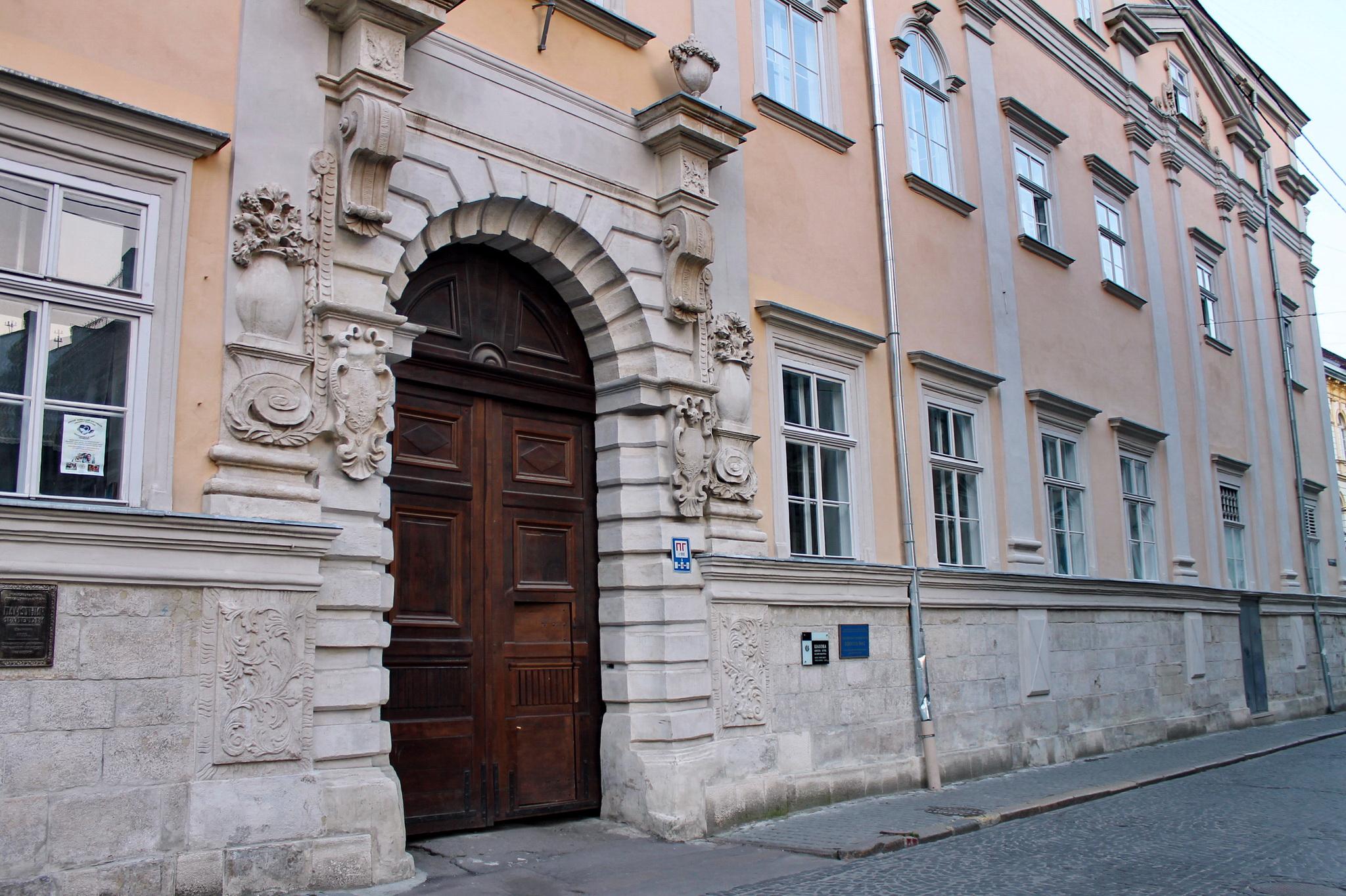 У цій школі навчався сам Богдан Зеновій Хмельницький