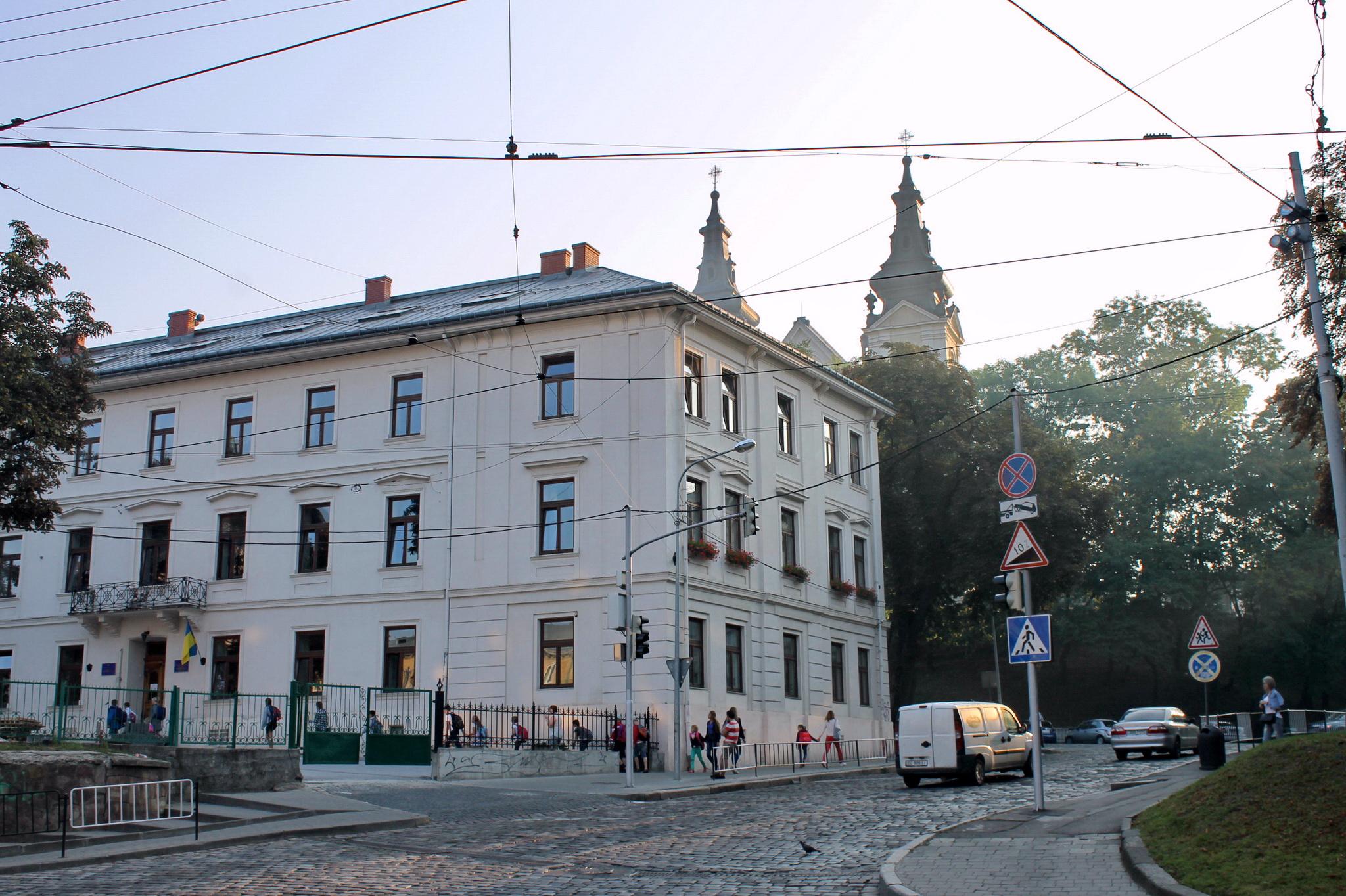 У цій школі навчався всесвітньо відомий польський письменник-фантаст Станіслав Лем