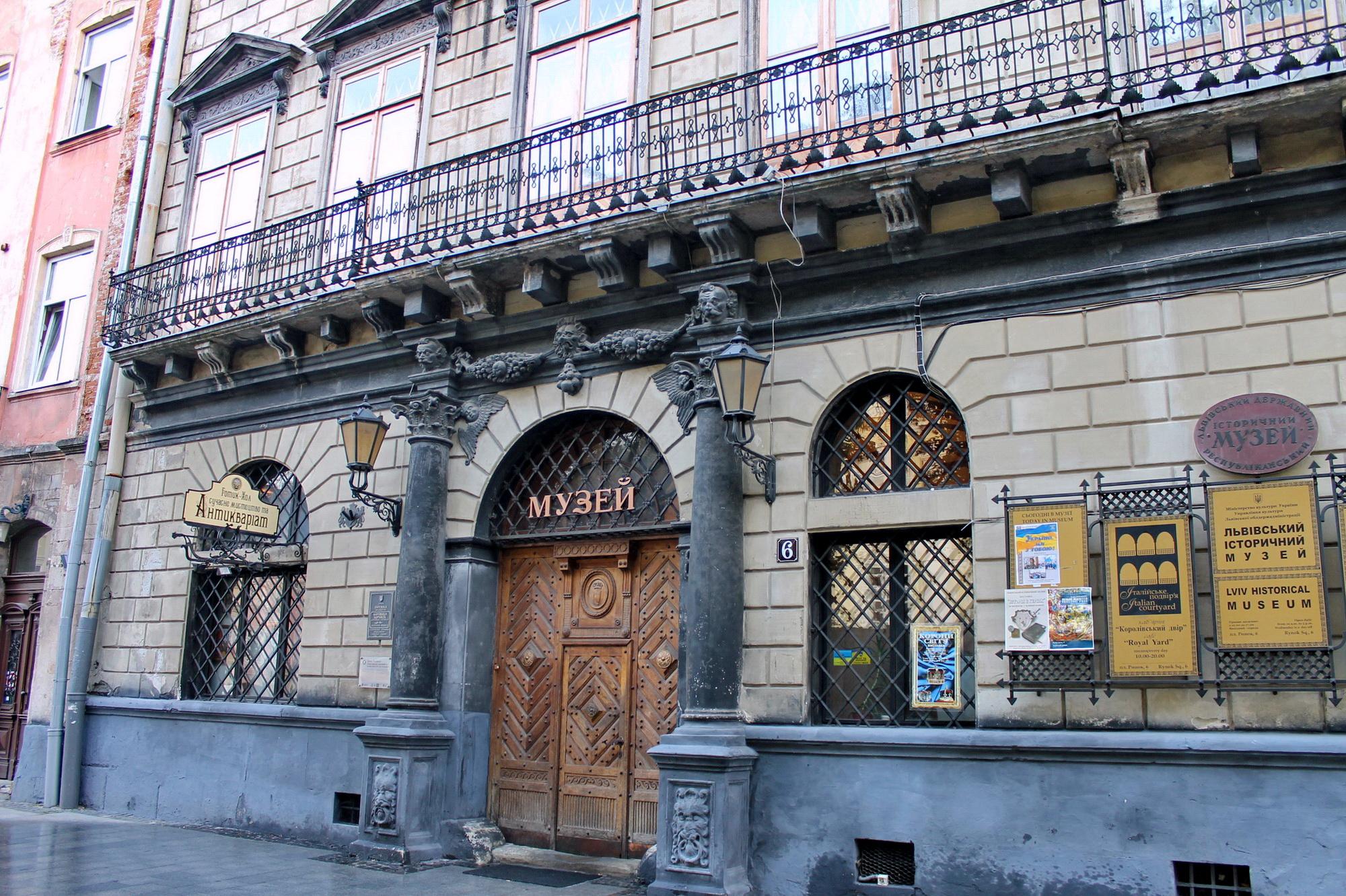 В цьому домі жив славетний торговець і меценат грек Костянтин Корнякт