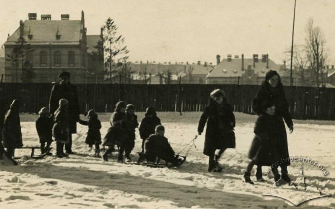 Зимова прогулянка дітей на санчатах Фото 1936-го року