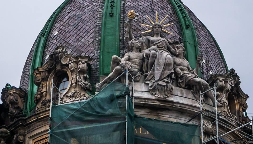 """Статуя """"Ощадливість"""" на даху львівського Музею етнографії та художнього промислу у Львові"""