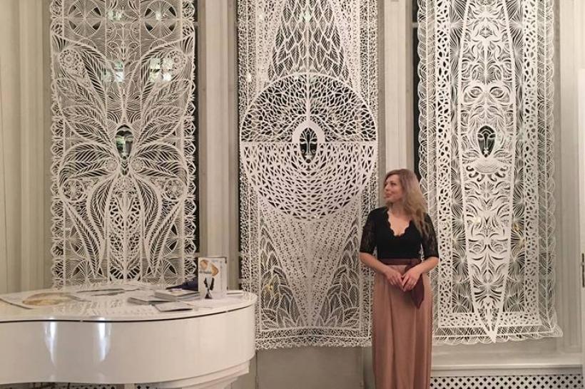 Відома художниця-мисткиня зі Львова вразила парижську публіку своїми трьохметровими витинанками