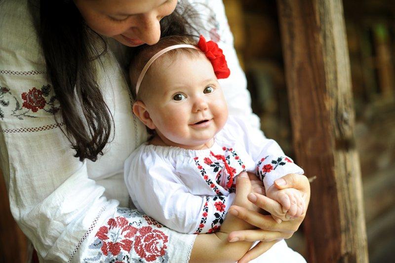 малюк та матір у вишиванці