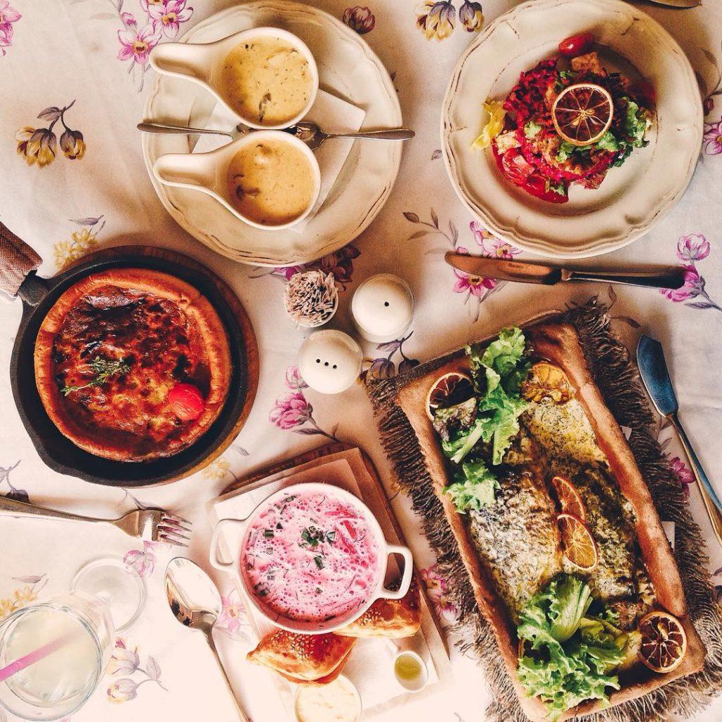 Пиріг з бринзи з соусом з білих грибів, салатка з буряка та пструга, холодник та карасики з п'єцу © kumpel_group