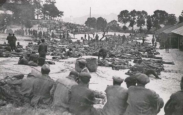Полонені на території табору, 1941 рік.