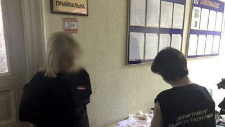 У Львові поліція затримала працівницю ДМС на хабарі за оформлення біометричних паспортів