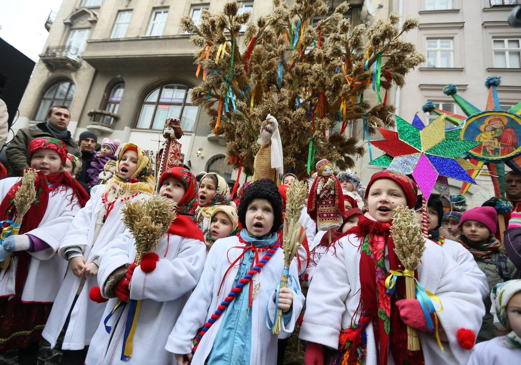 Встановлення різдвяного Дідуха © Evgeny Kraws