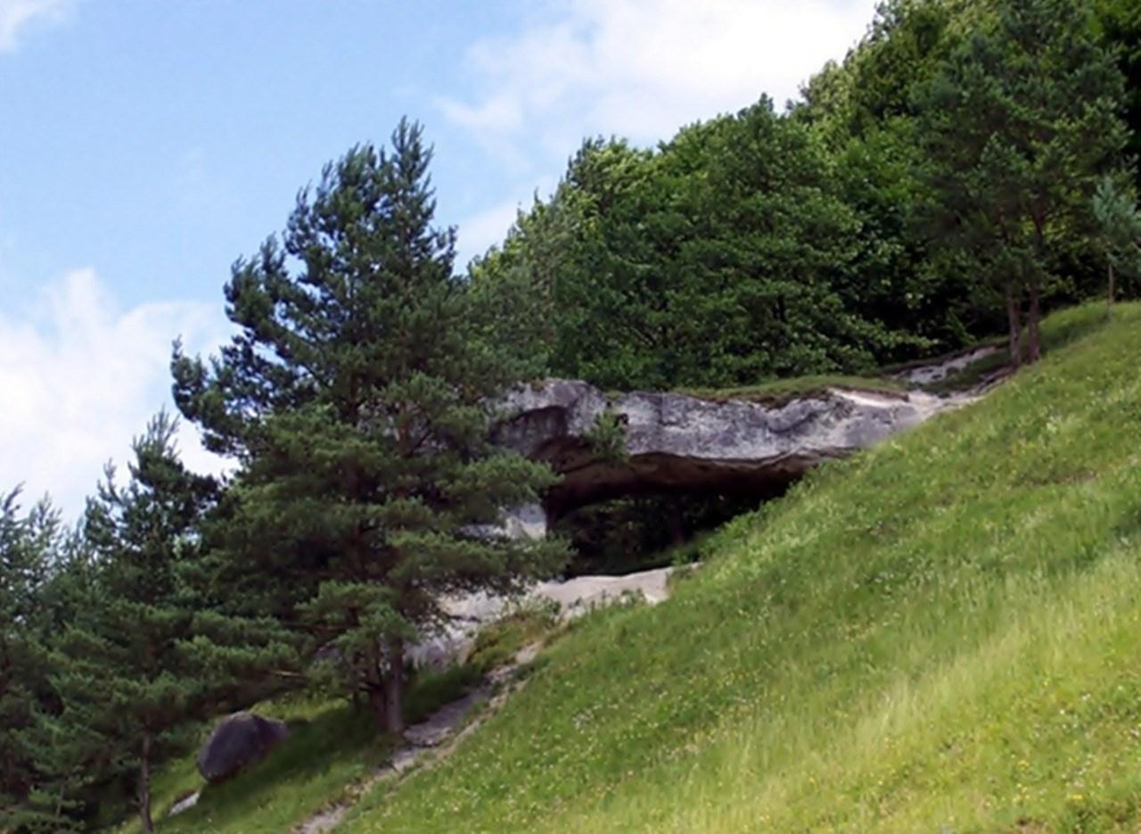 Храм Сонця (скеля Дірявець), село Дуброва. © Wiki