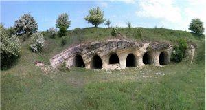 Один із скельних храмів VIII-X ст. © istoria.ko.net.ua