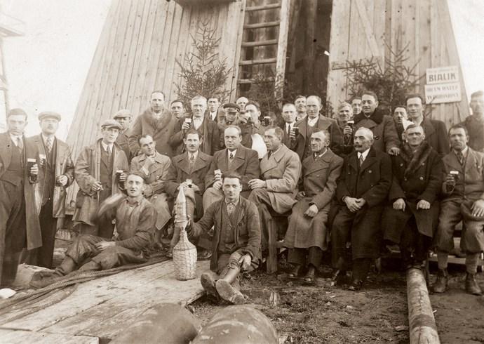 """Перша нафта видобута в шахті """"Бялик"""" в Бориславі."""