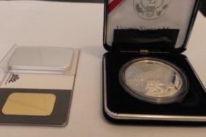 У посилці львівські митники знайшли золото та срібло