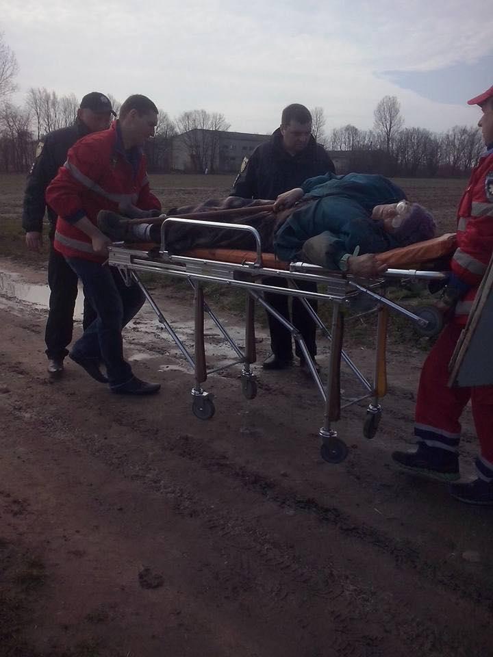 На Львівщині донька заради квартири відвезла 84-річну матір помирати посеред поля
