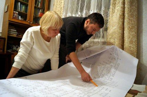 Ігор Гошовський із тіткою вивчають родинне дерево (фото «Рівне Вечірнє»)