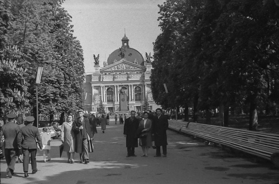 Львів, алея та площа перед Оперним театром, 1964 рік