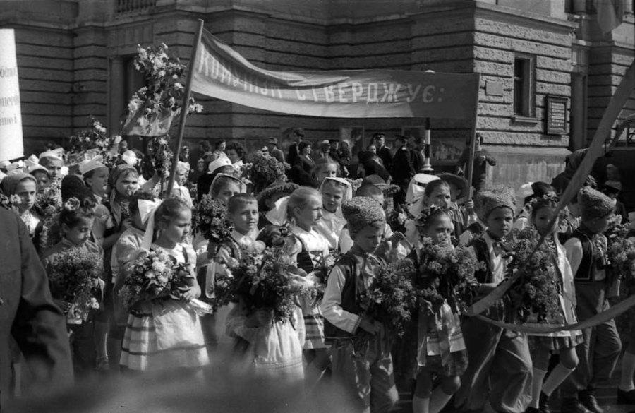 Львів, діти на параді біля оперного театру, 1964 рік