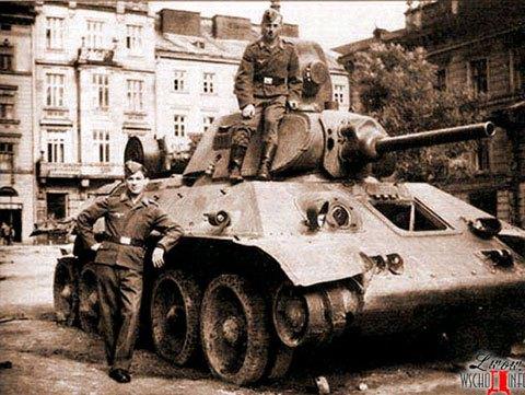 Львів, липень 1941 року, німецькі солдати фотографуються на розбитих Т-34